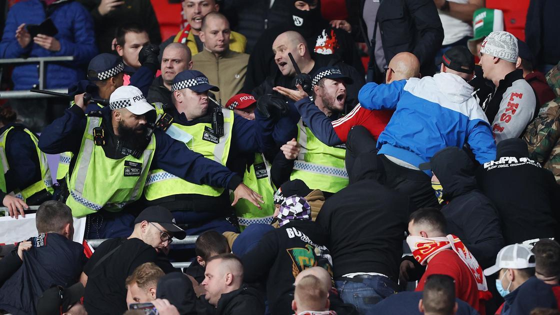 Столкновения английской полиции и венгерских фанатов