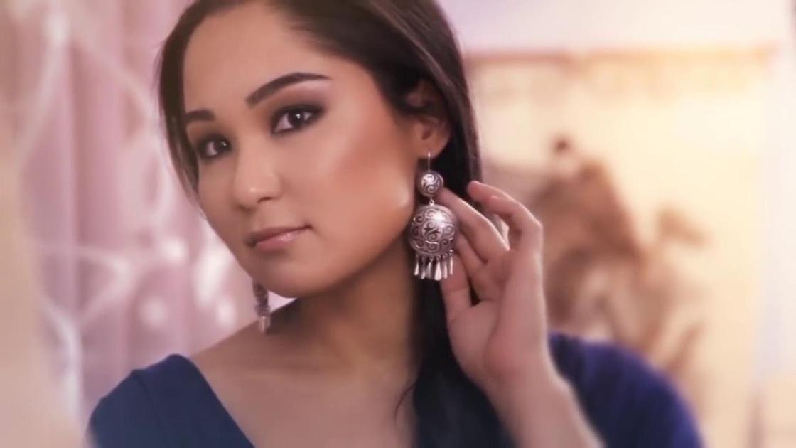 Казахские национальные серьги в ушах девушки