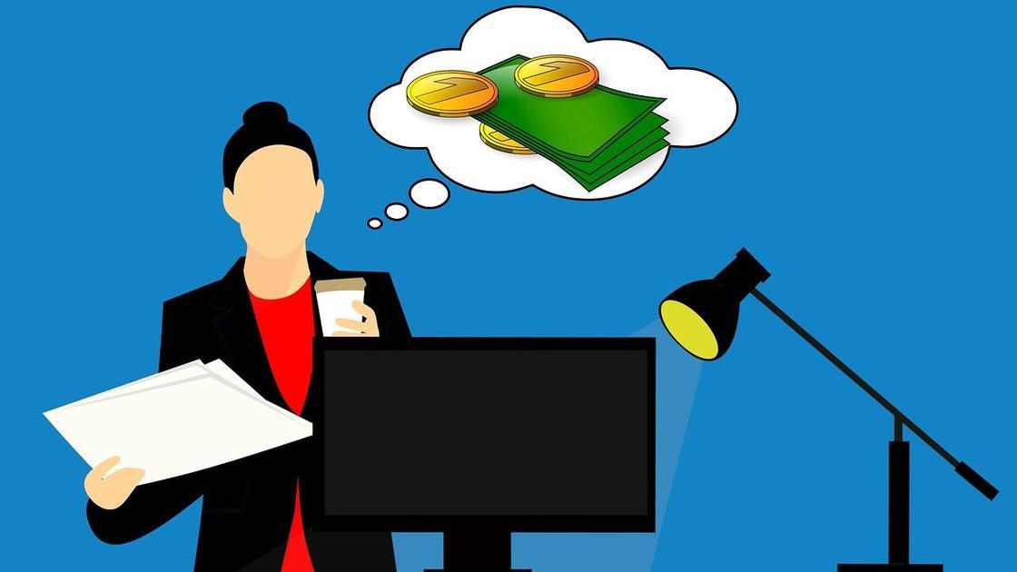 Женщина у компьютера думает о деньгах