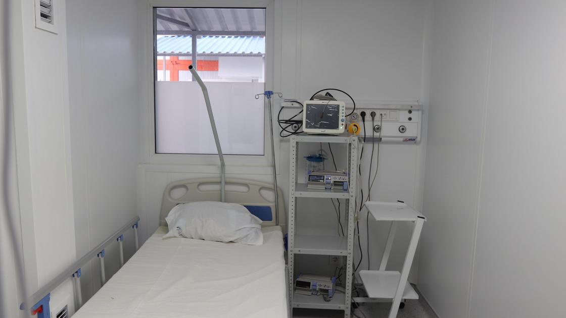Кровать стоит в палате