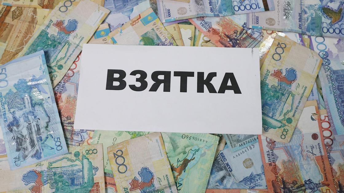 """Множество банкнот с листом, на котором написано """"взятка"""""""