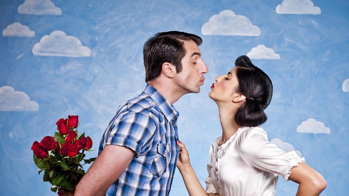 парень и девушка вот-вот поцелуются