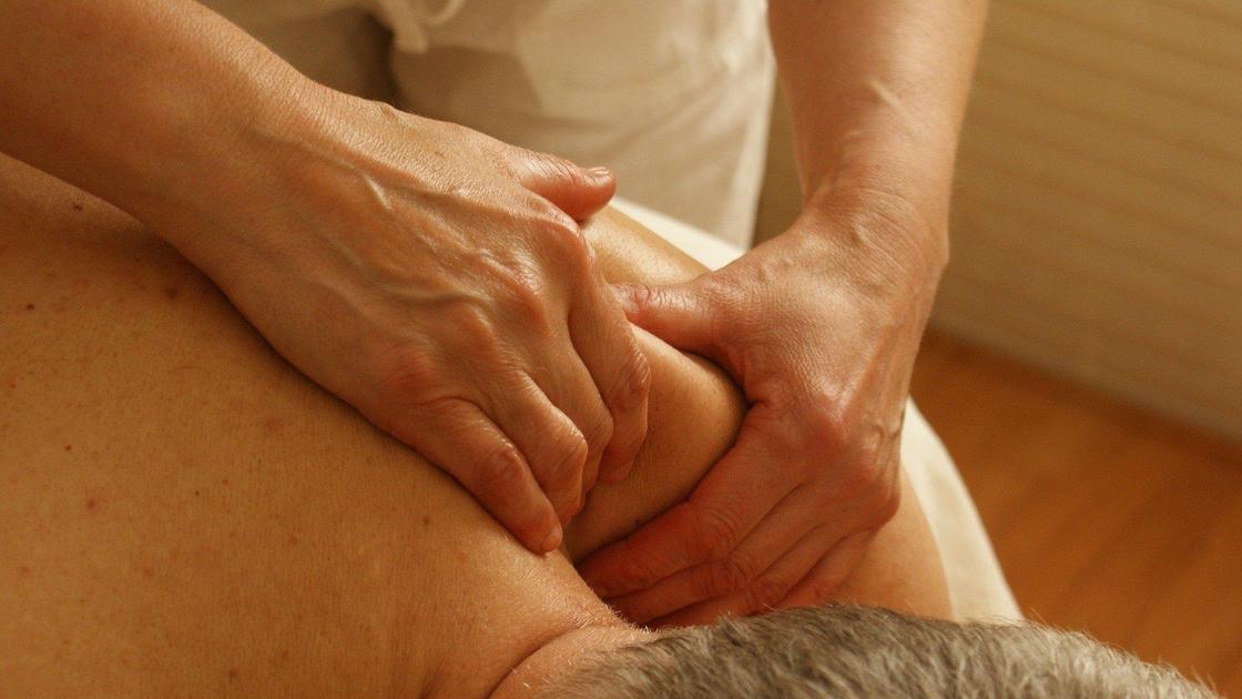 женщина делает массаж мужчине