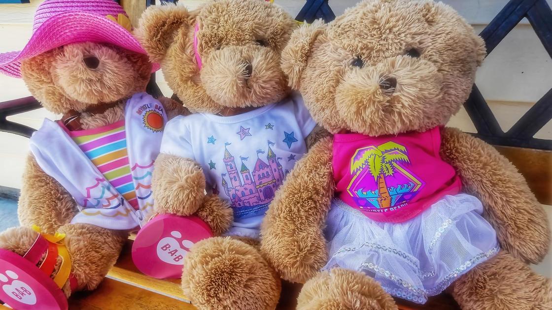 Медвежата сидят на скамейке