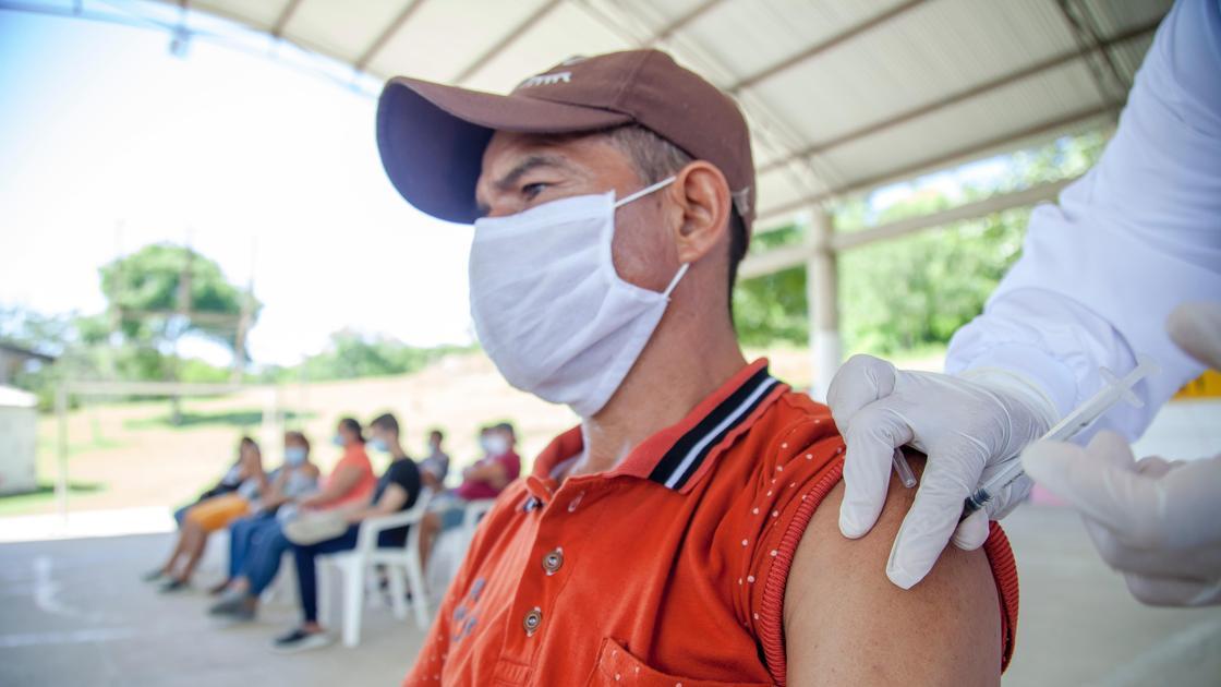 Мужчине делают прививку