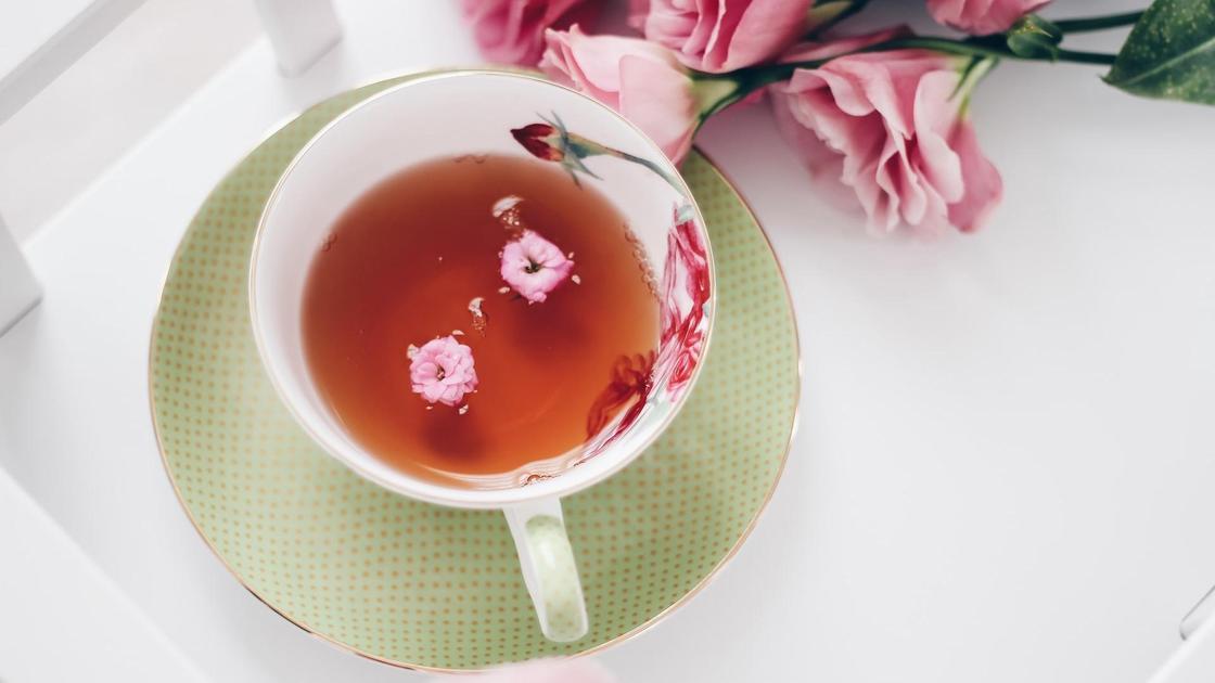 чашка чая и роза