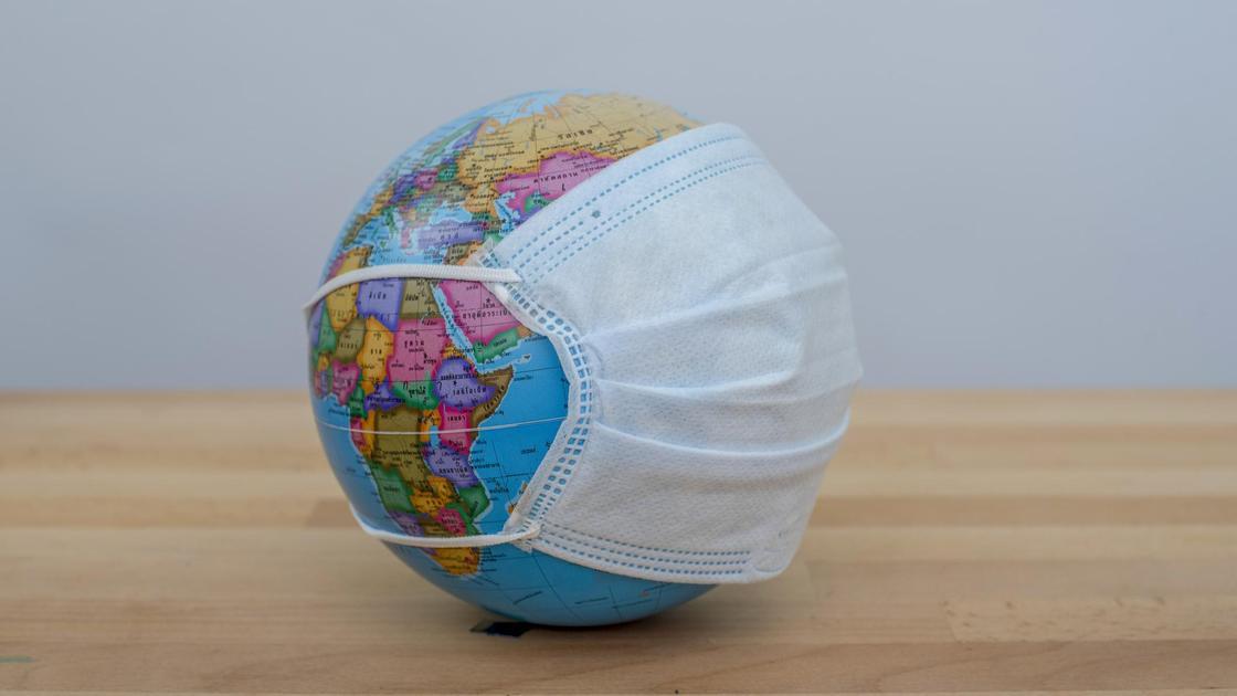 Глобус в медицинской маске