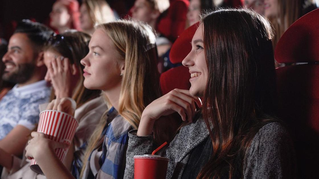 Девушки в кинотеатре с попкорном