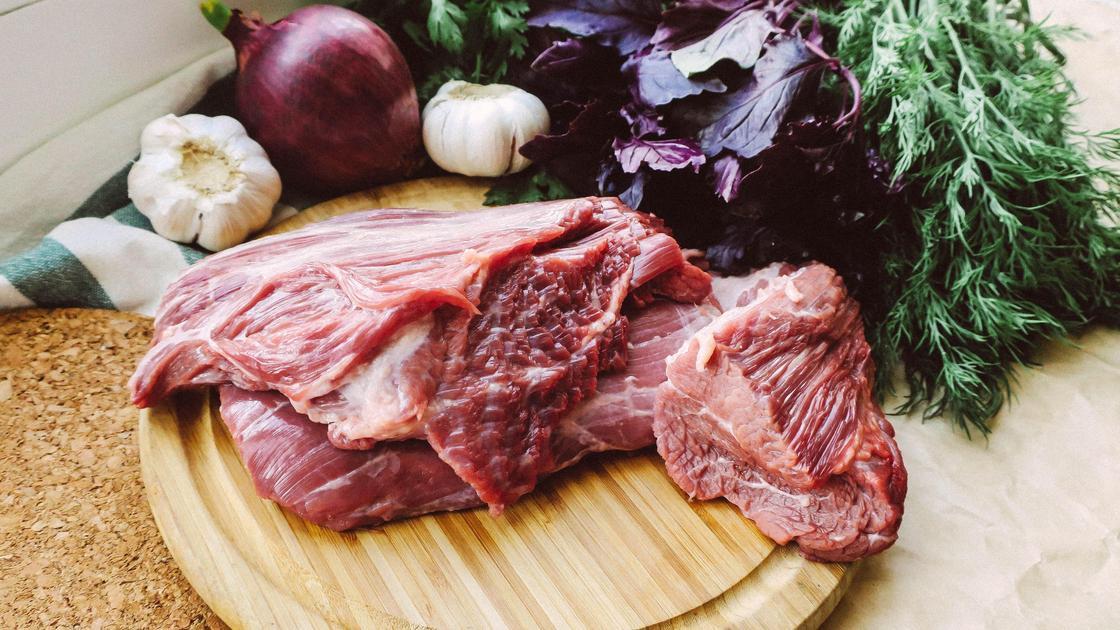Мясо и овощи на столе