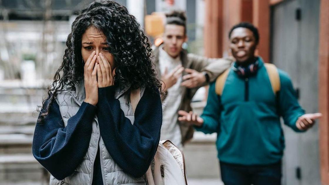 Девушка расстроена после насмешек окружающих