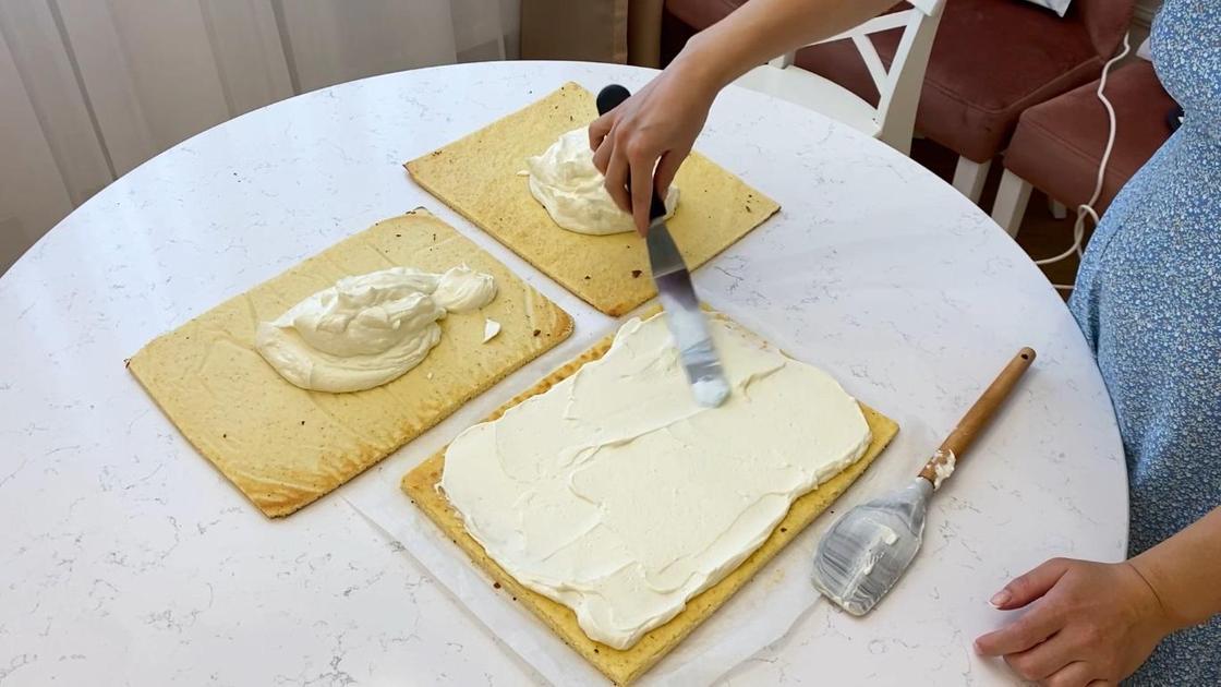 Распределение крема на коржах