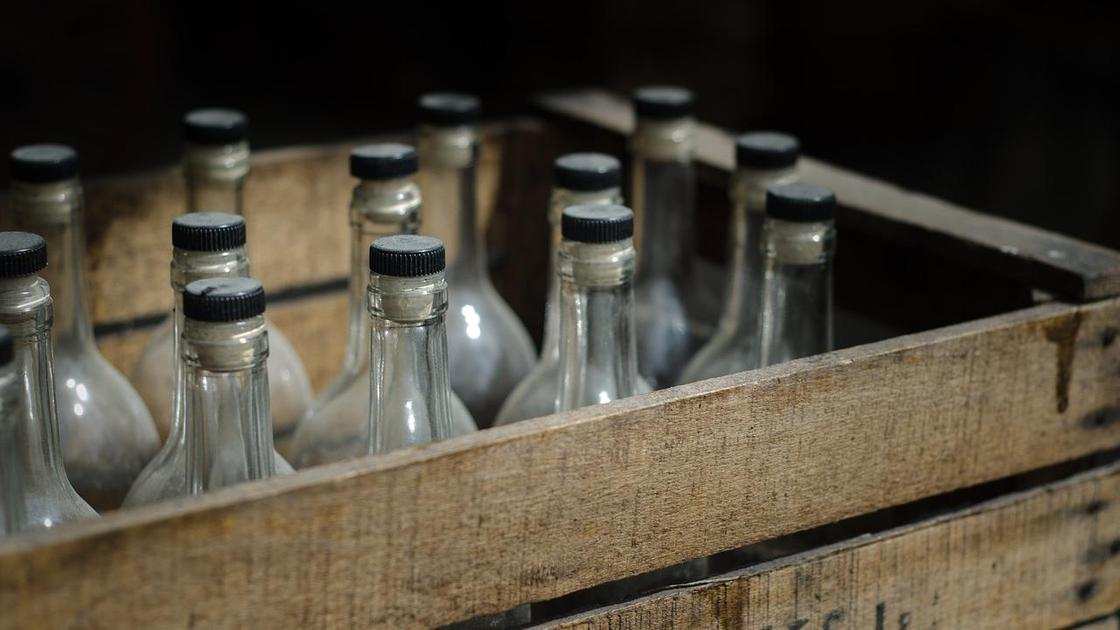Бутылки в ящике старые