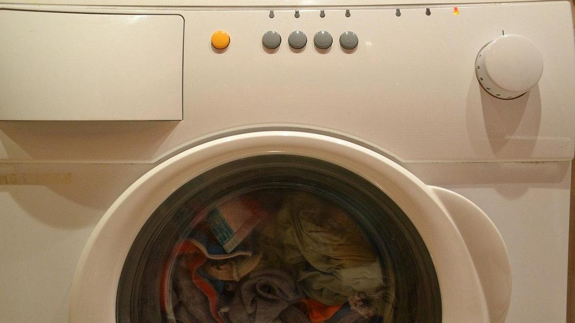 Белье крутится в стиральной машинке