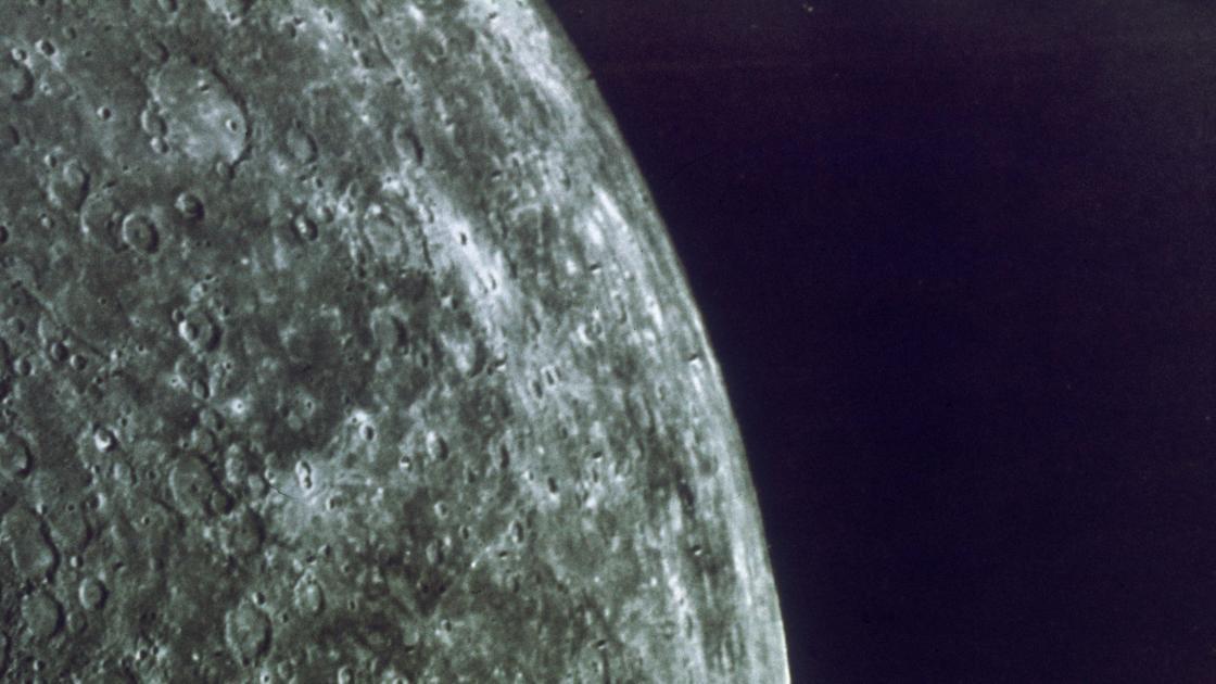 "Снимок планеты Меркурий АМС ""Маринер-10""."