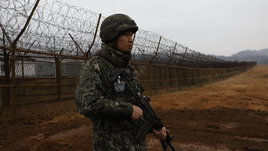 Военный около ДМЗ на границе Южной и Северной Кореи