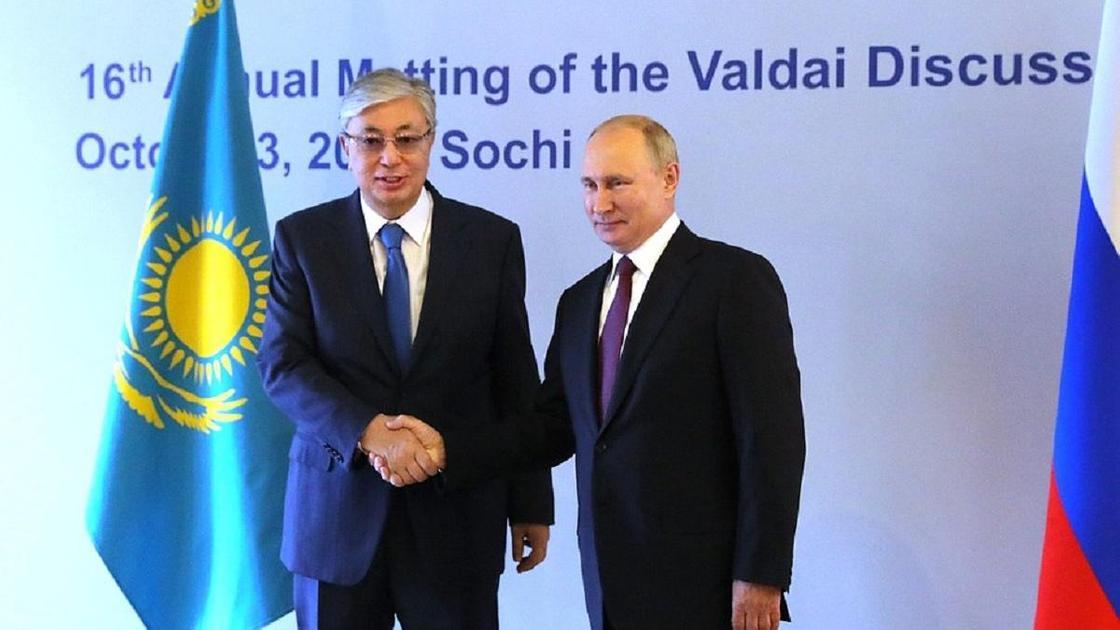 Токаев и Путин пожимают друг другу руки