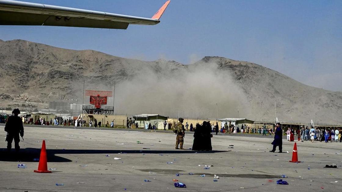 Место взрыва в аэропорту в Кабуле