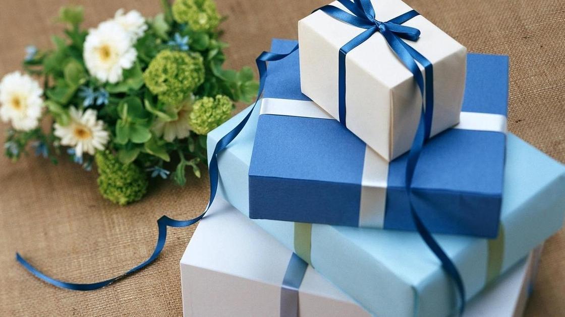 Подарки и букет цветов
