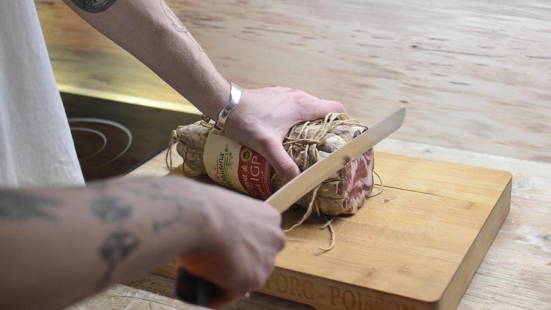 Человек режет колбасу