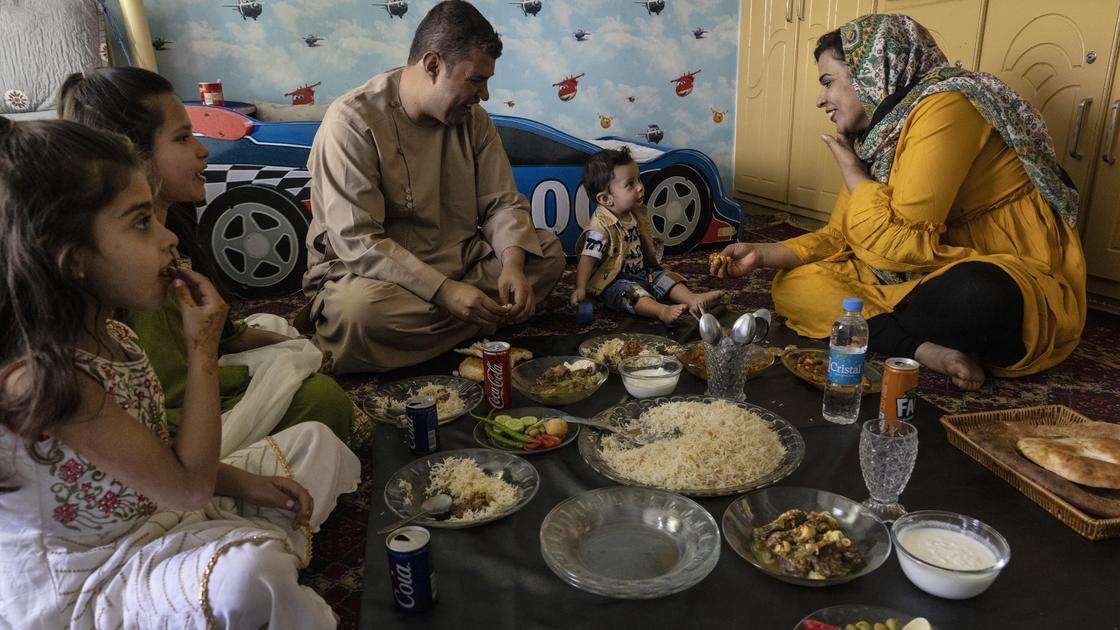 Семья афганцев обедает