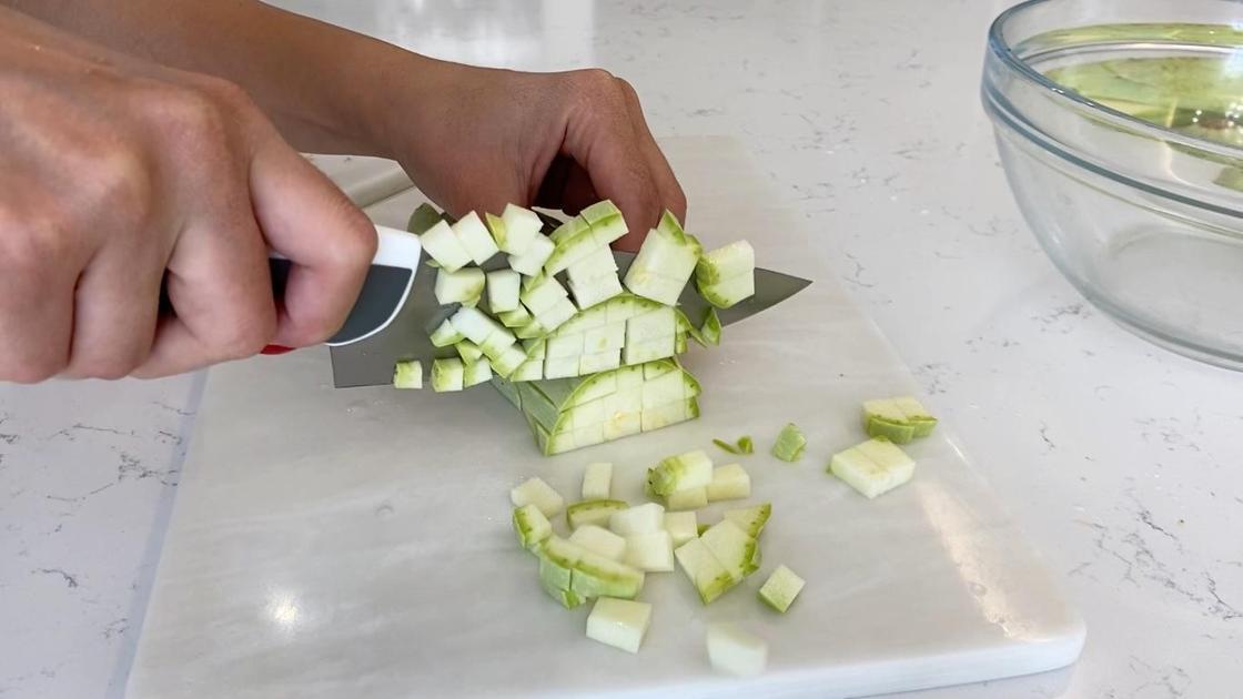 Нарезание кабачков