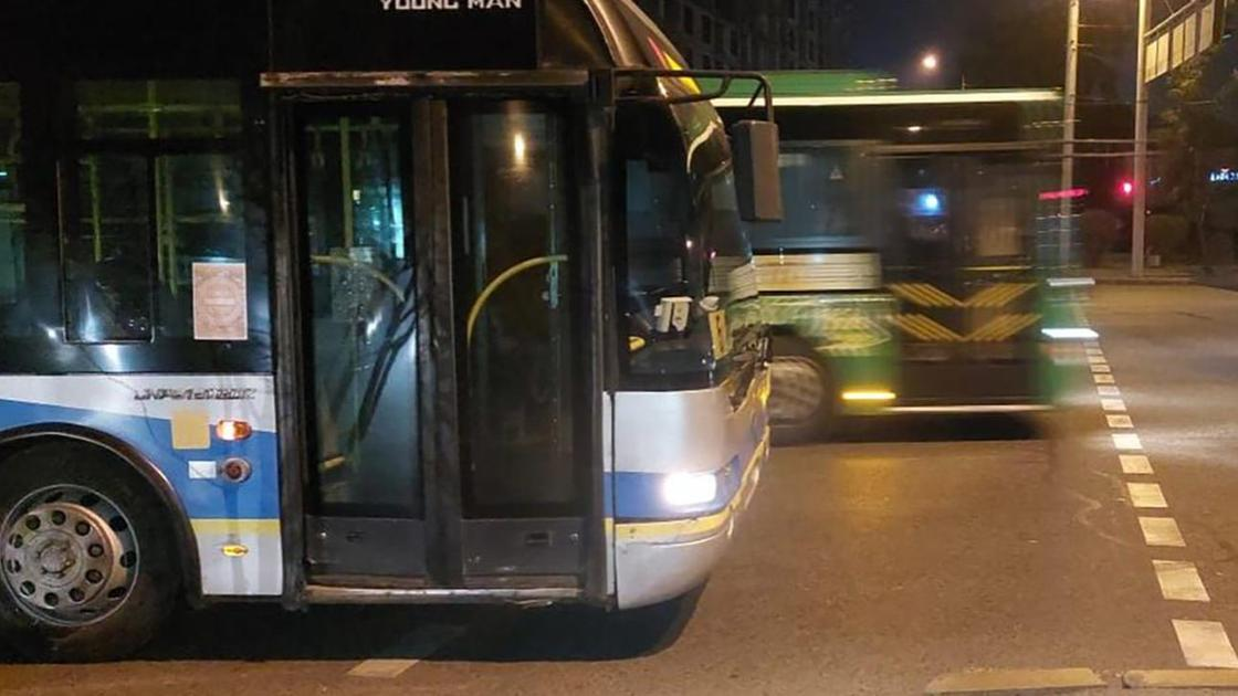 Троллейбус стоит перед переходом
