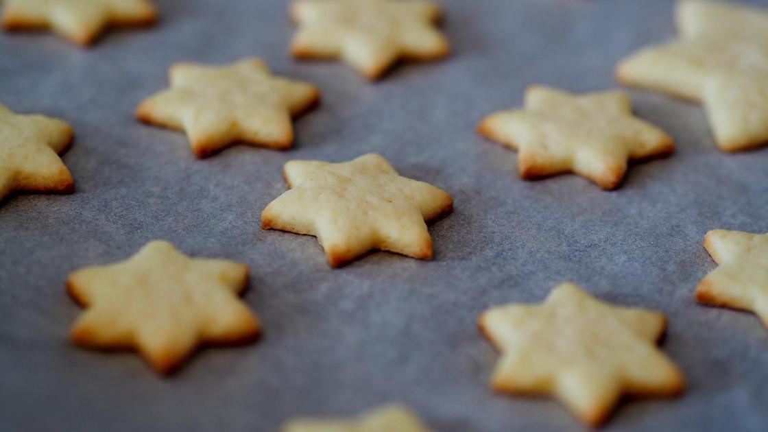Песочное печенье в форме звездочек на столе