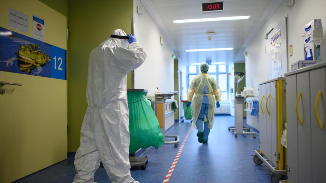Медработники идут по коридору больницы