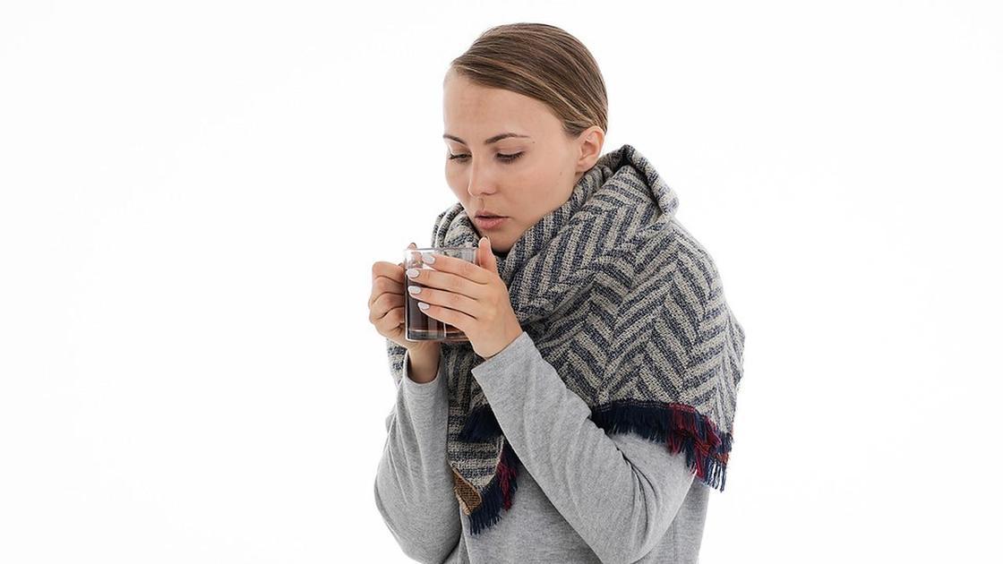 девушка держит чашку чая в руках