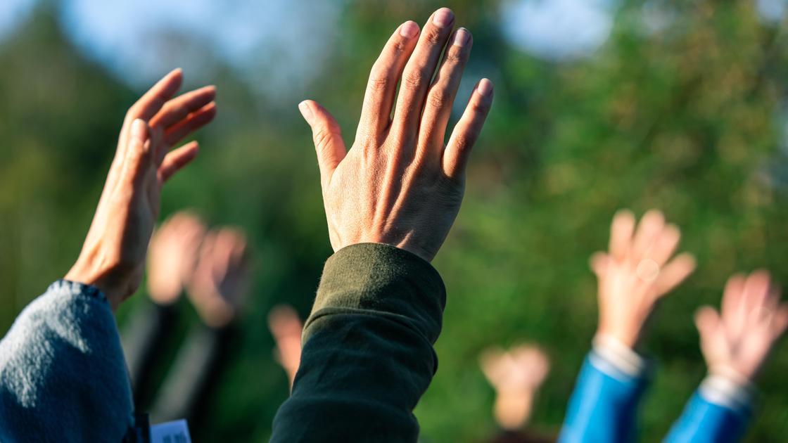 Люди воздевают руки к небу