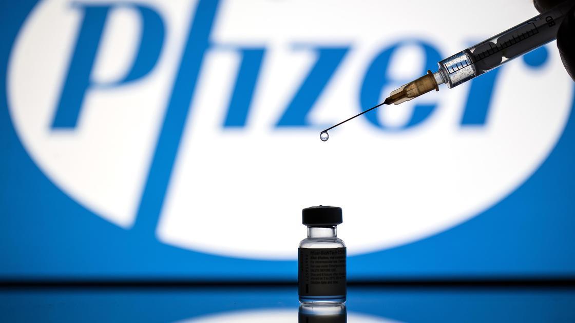 Укол вакцины Pfizer