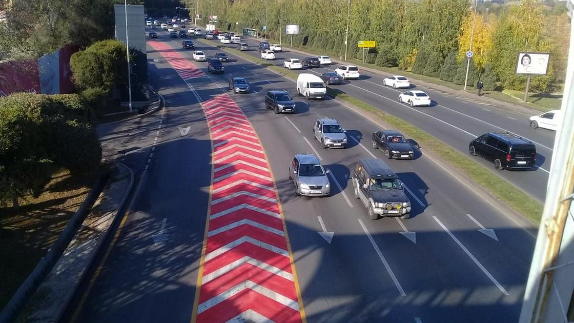 Машины едут по автотрассе