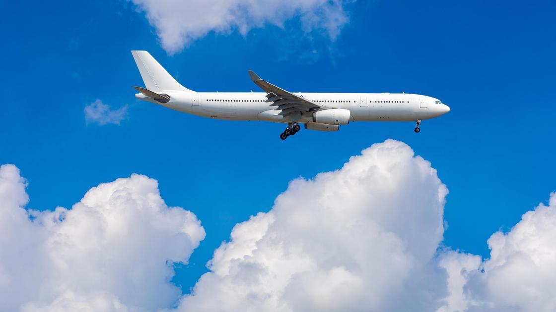 Самолет летит над облаками
