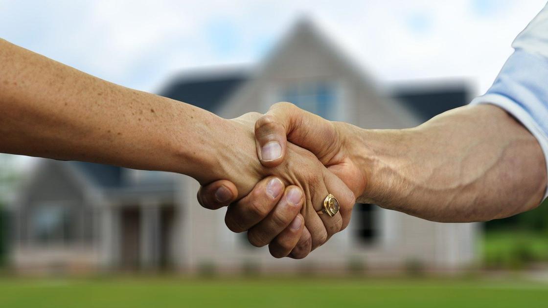 Двое людей пожимают друг другу руки