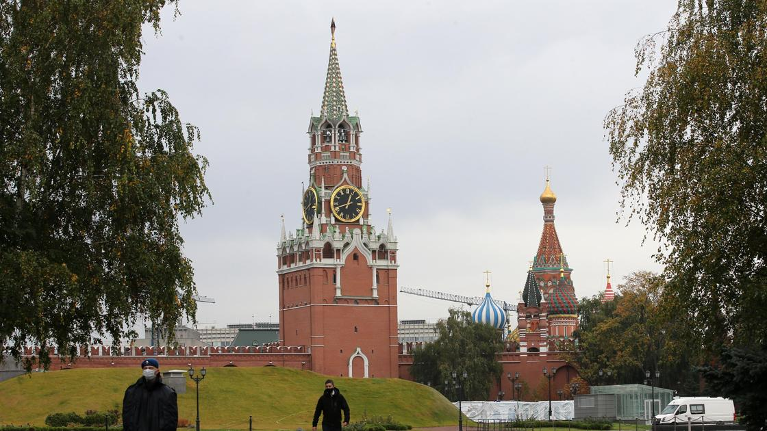 люди идут по улице возле кремля