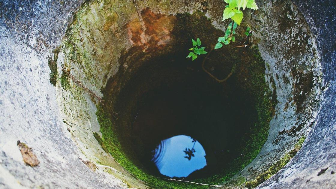 Вода на дне глубокого колодца