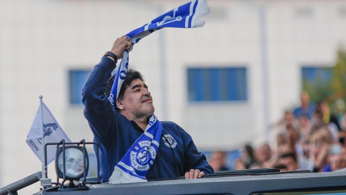 Диего Марадона с триумфом проезжает на авто возле фанатов