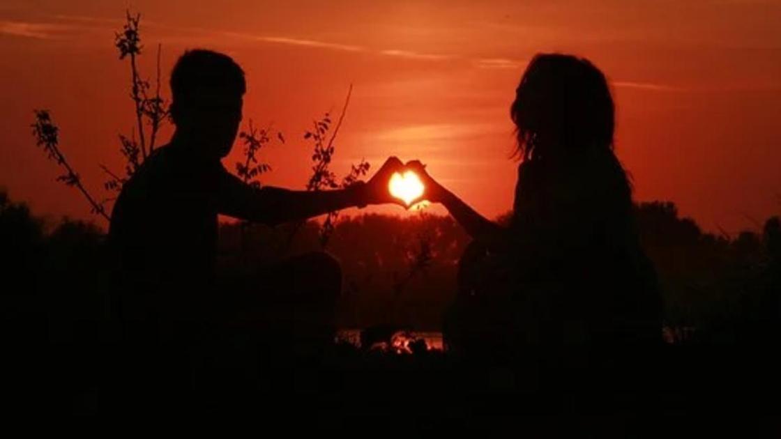 Юноша и девушка на фоне заката