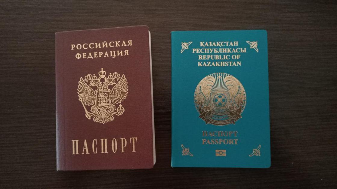 Российский и казахстанский паспорт лежат на столе