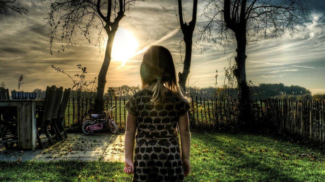 девочка смотрит на солнце