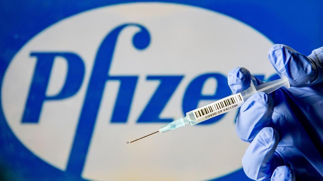 Рука с вакциной от Pfizer