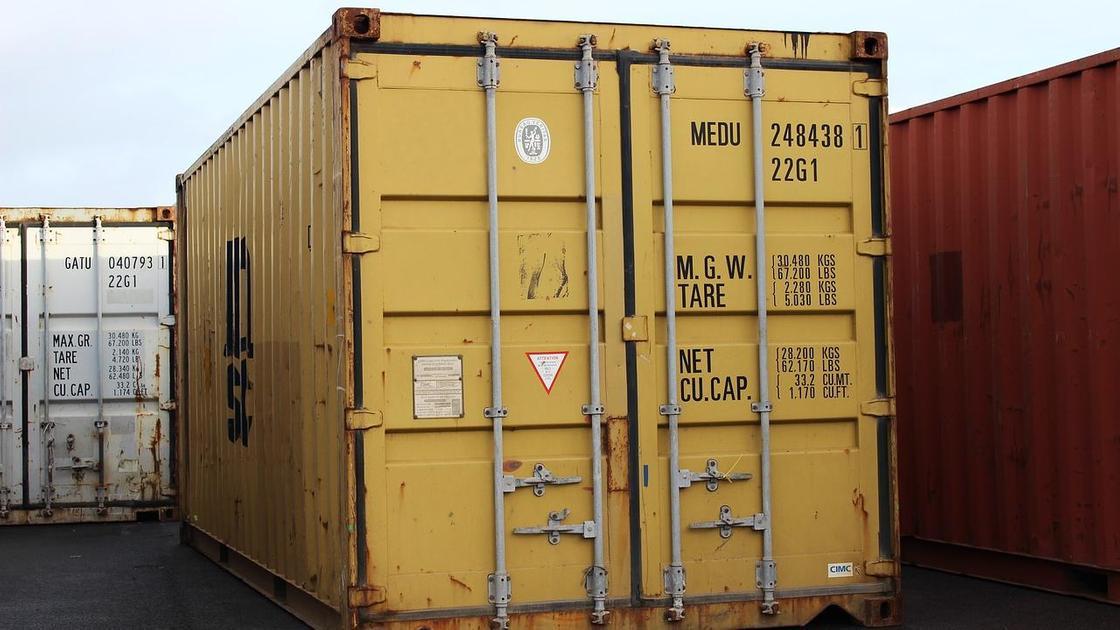 Желтый контейнер стоит рядом с другими