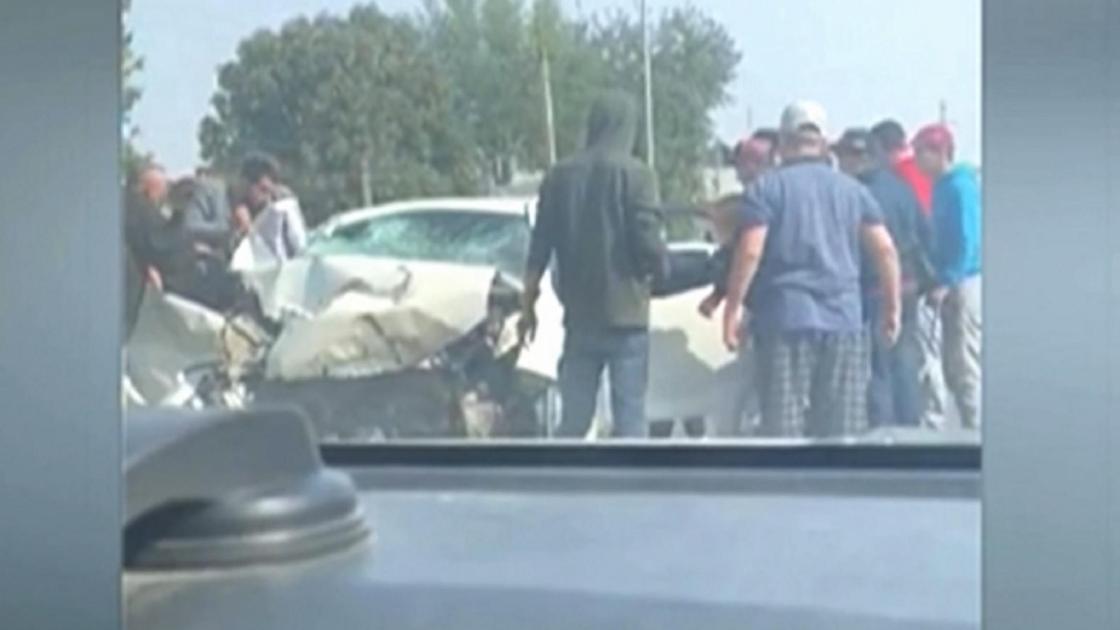 люди вокруг разбитого авто