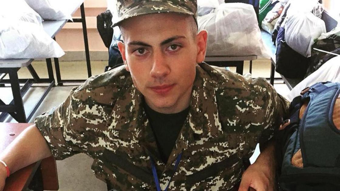 Ашот Пашинян в военной форме сидит на скамье