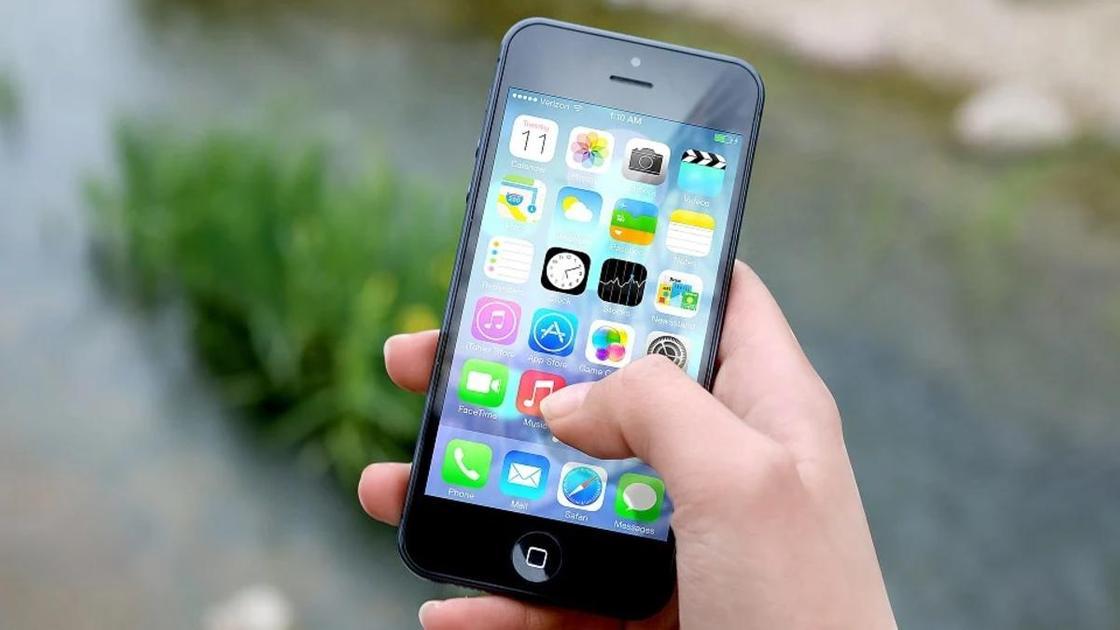 Телефон в руке на улице