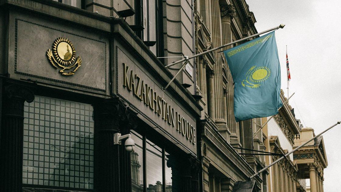 Флаг Казахстана на фасаде здания