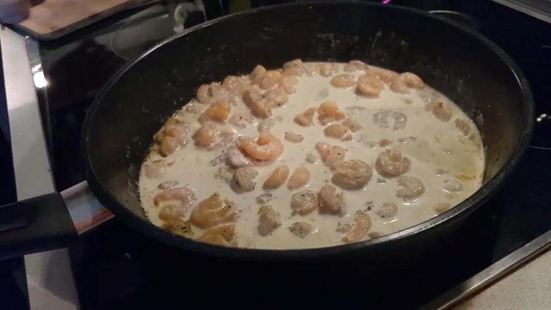 Небольшие креветки в сливочном соусе на сковороде