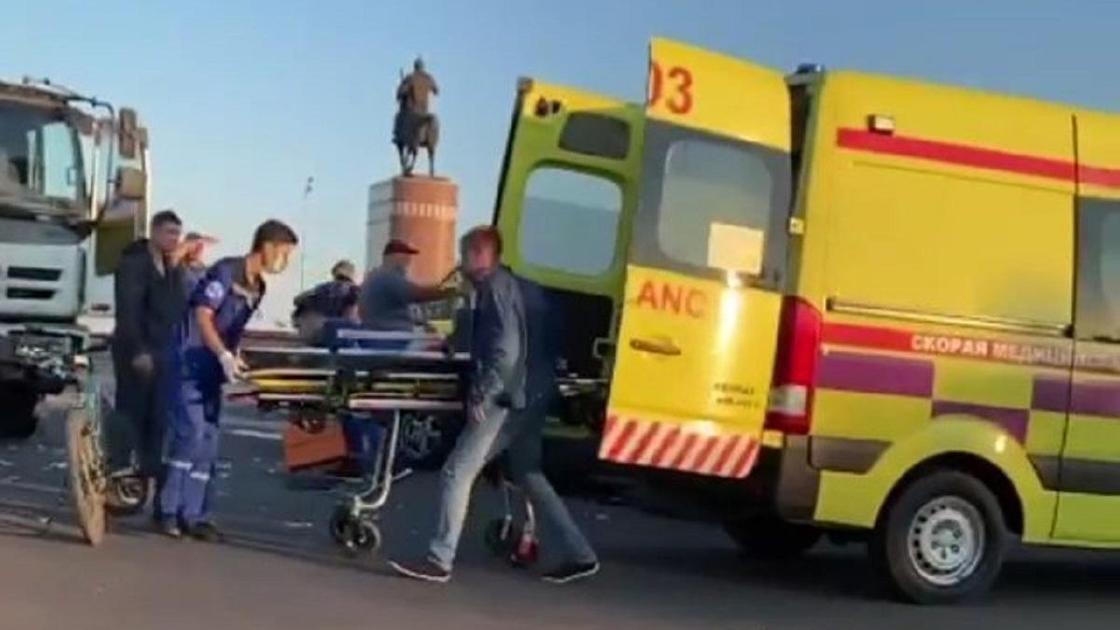 Медики работают на месте аварии