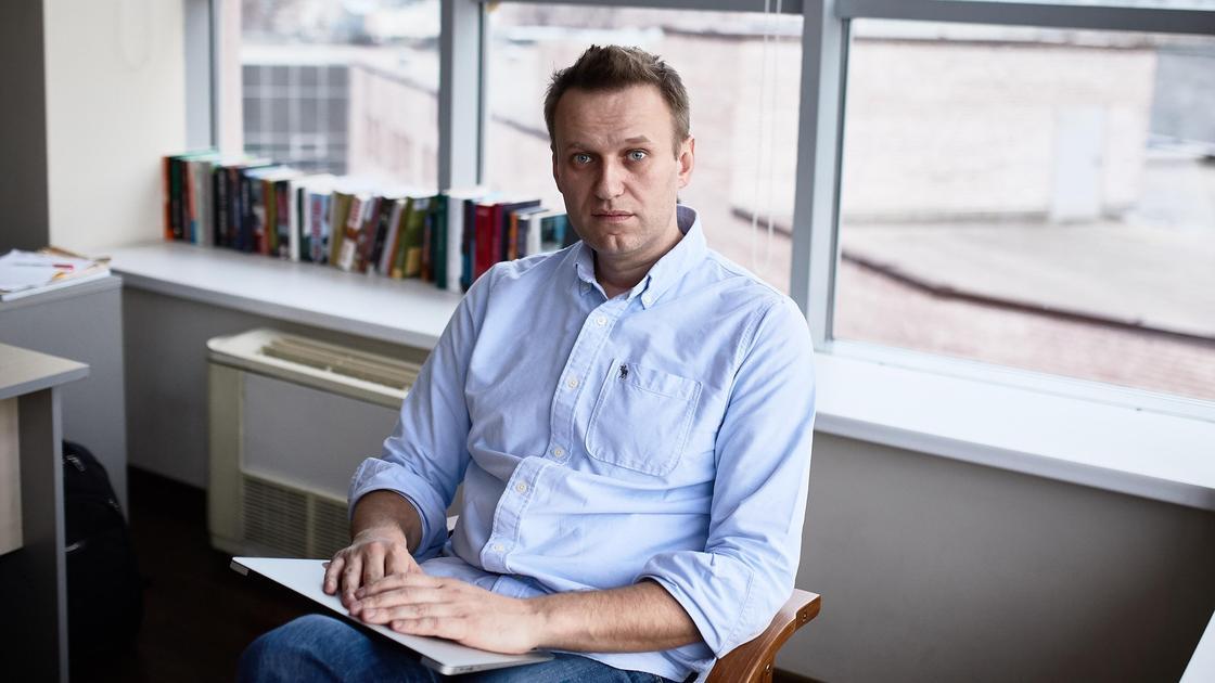 Оппозиционер Алексей Навальный в офисе