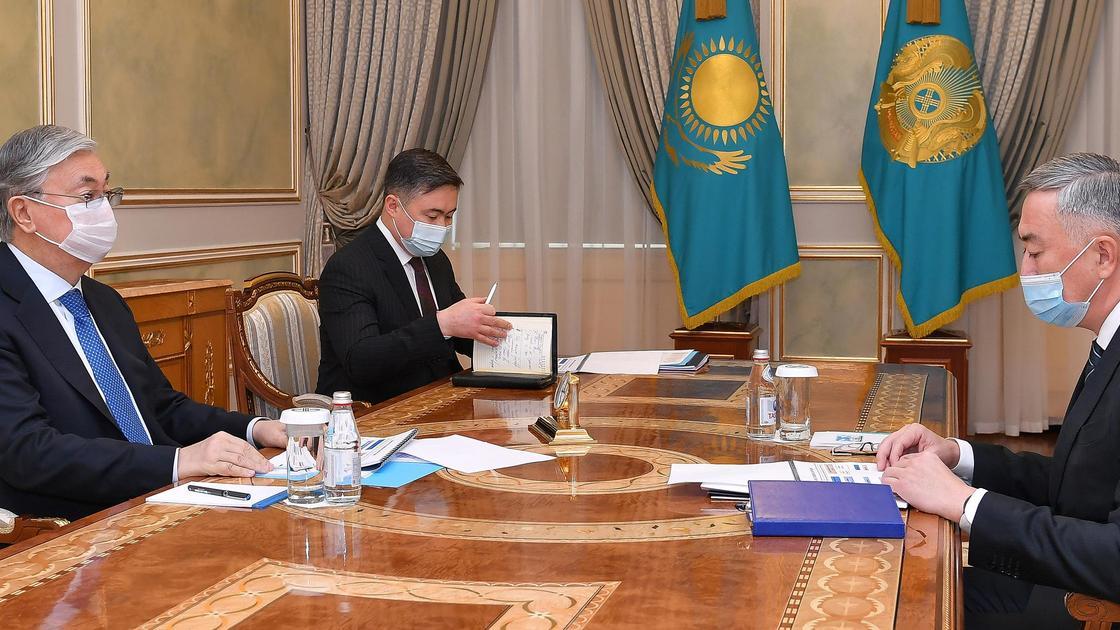 Касым-Жомарт Токаев и Серик Жумангарин сидят за столом